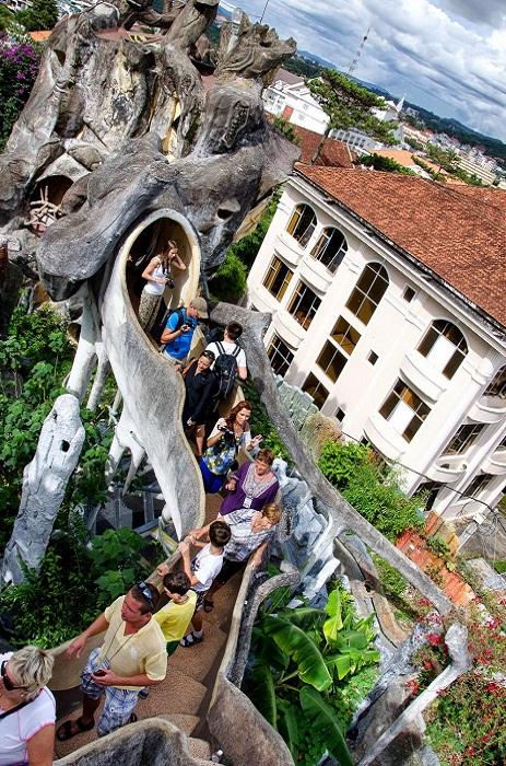 Туристы со всего мира стремятся увидеть гениальное архитектурное творение (Crazy House, Вьетнам).