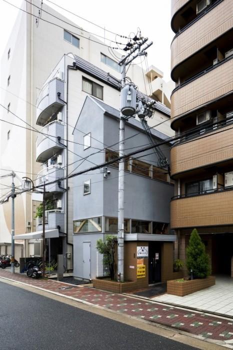 Втиснуться между высотками, японским архитекторам удалось построить дом-офис в узком пролете. | Фото: architecturephoto.net.