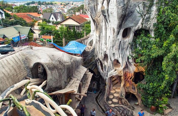 В отеле много таинственных лабиринтов и переходов, которые могут привести в весьма неожиданное место (Crazy House, Вьетнам).