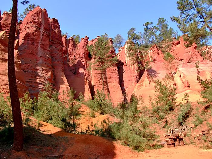 Уникальные охристые каньоны города Roussillon (Франция).