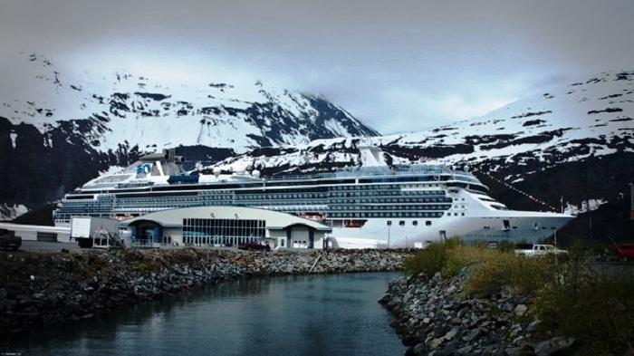 Изредка в город заходят туристические лайнеры (Whittier, Аляска). | Фото: nat-geo.ru.