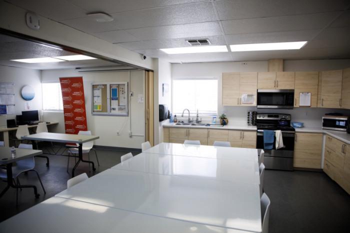 В отдельно стоящем здании оборудовали общую кухню и большой обеденный зал с мебелью, техникой кухонной утварью. | Фото: miggerrtis.livejournal.com.