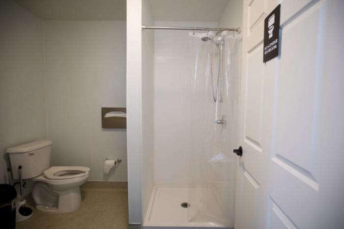 Собственная ванная комната и туалет – настоящая роскошь для тех, кто много времени прожил на улице («Bridge Housing Community», Сан-Хосе). | Фото: miggerrtis.livejournal.com.