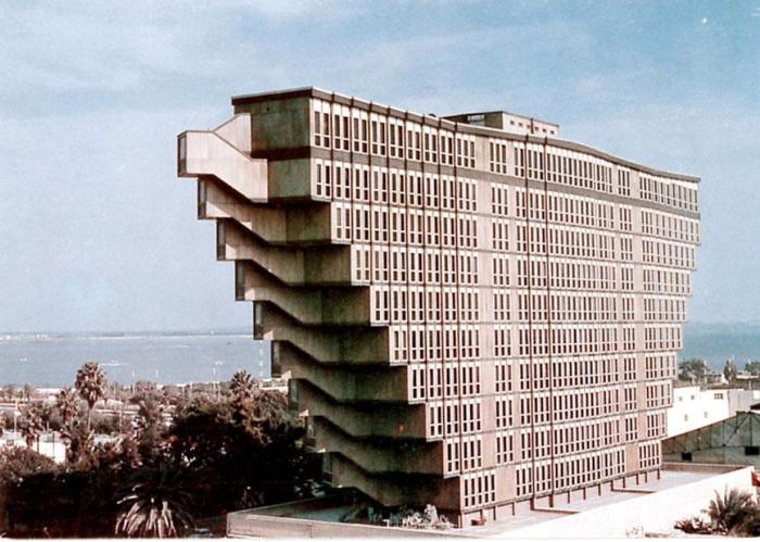 Строительство самого мятежного отеля в Тунисе закончилось в 1973 году (Hotel du Lac). | Фото: reddit.com.
