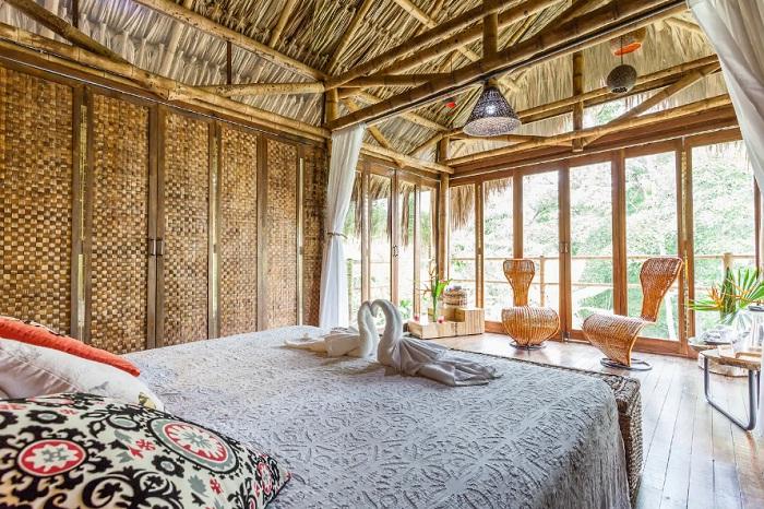 Уютная спальня в хижине на ферме в тропическом лесу Андских гор (Колумбия).