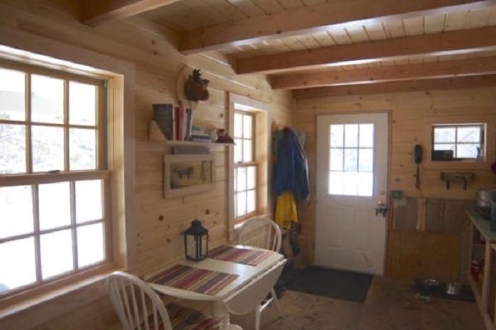 Большие окна обеспечивают хорошее освещение.