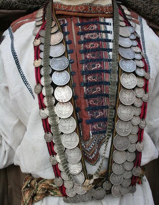 Старинные украшения из монет.