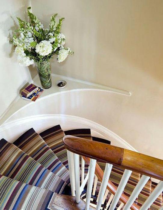 Оригинальная полка в углу лестничного пролета послужит местом для хранения декоративных элементов. | Фото: lemurov.net.