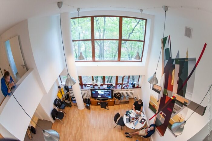 Высокие потолки в гостиной позволили создать более просторное и светлое жилое помещение («Дом Наркомфина»). | Фото: © Владимир Яроцкий.