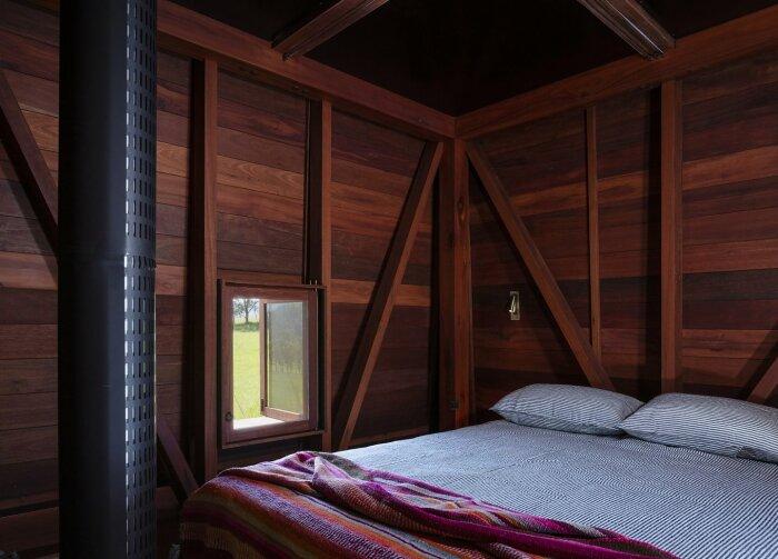 В спальне царит уют и покой (Permanent Camping-2, Австралия). | Фото: housesawards.com.au.