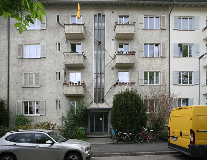 Пушистик может передохнуть у соседа на балконе или перед его окном. | Фото: © Brigitte Schuster.