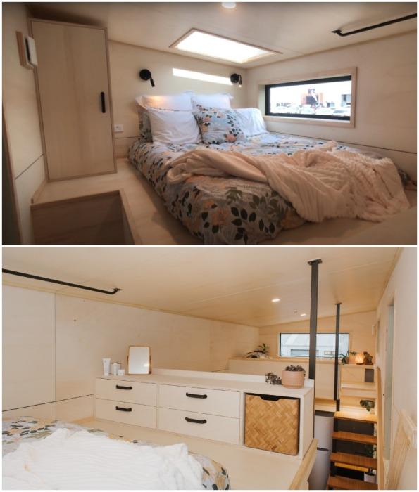 Чердачного типа спальня получилась светлой и просторной, несмотря на низкие потолки (модель The River Bank's).