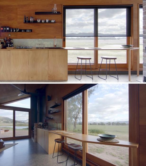 Барная стойка у окна станет прекрасным местом и для принятия пищи, и для общения, и для наблюдения за сельским пейзажем (Gawthornes Hut, Австралия).
