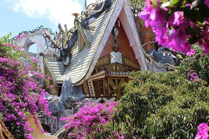 Необычная вилла просто утопает в зелени (Crazy House, Вьетнам).