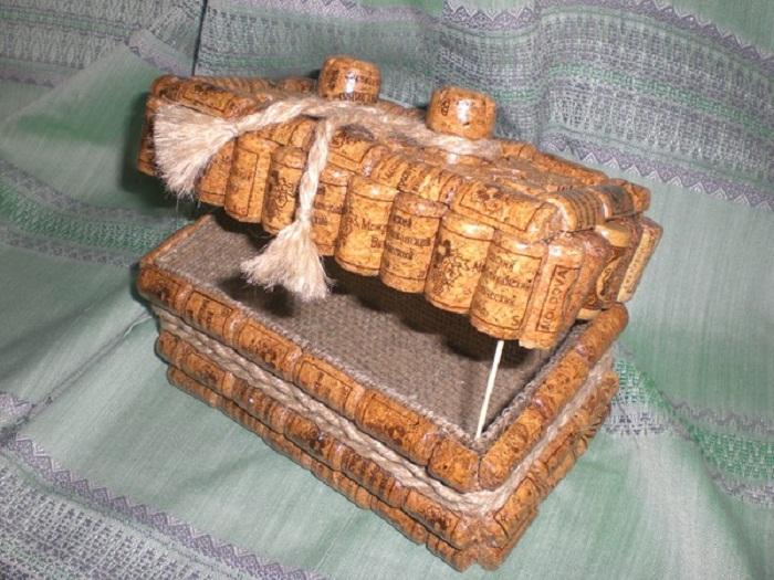 Оригинальная шкатулка сделанная своими руками из винных пробок.