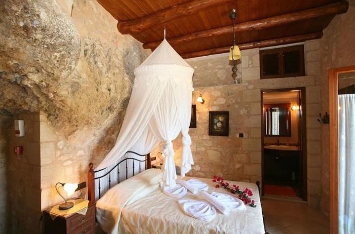 Спальня в необычном доме (о. Крит, Греция).