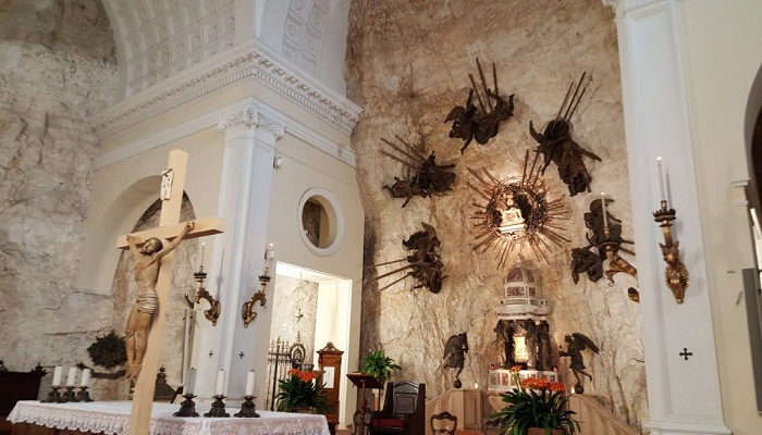Алтарь Святилища Богоматери Короны (Италия). | Фото: hotelmenapace.it.
