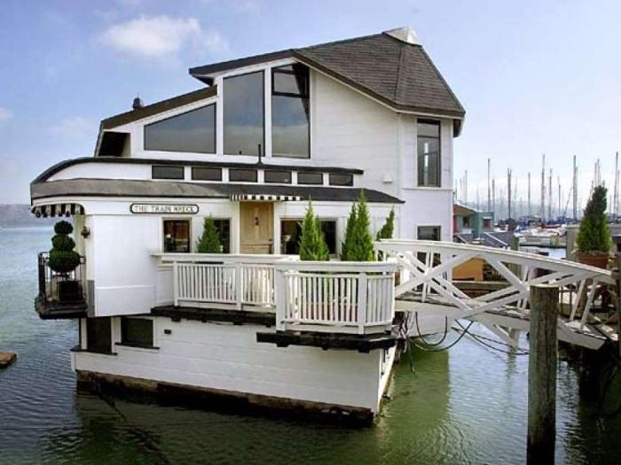 Оригинальный плавучий особняк можно превратить в шикарную гостиницу. | Фото: sfgate.com.
