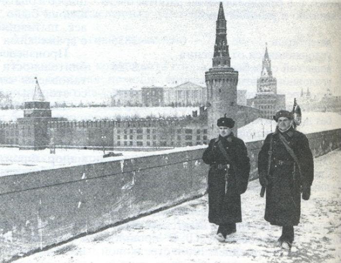 Снимок сделан с Москворецкого моста, откуда виден юго-восточный угол Кремля с Беклемишевской башней замаскированные под жилой дом. | Фото: orthodoxmoscow.ru.