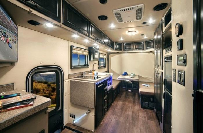 Базовая комплектация тягача Kenworth позволяет водителю оформить жилую зону по своему вкусу. | Фото: comandir.com.