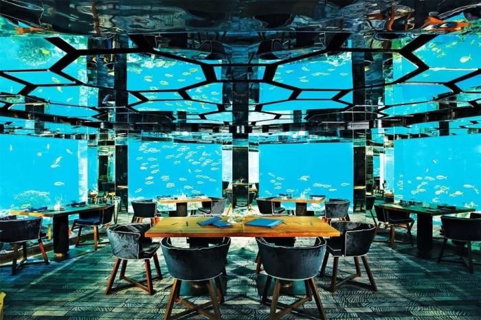 Зал подводного ресторана славится своим удивительным интерьером. (Sea Underwater Restaurant, Мальдивы). | Фото: elledecoration.ru.