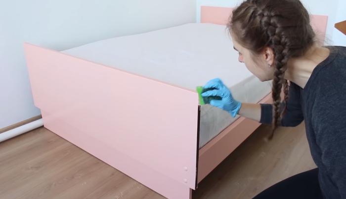 Торцы спинки кровати лучше покрасить после установки матраса, это можно сделать с помощью обычной губки.   Фото: youtube.com/ Bubenitta.