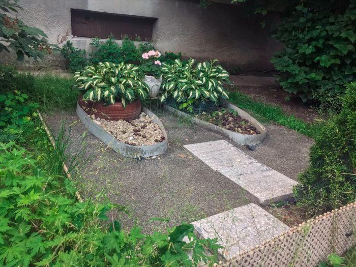Когда на резное творчество нет времени, покрышка легко превращается в цветочный вазон или клумбу. | Фото: tanjand.livejournal.com.