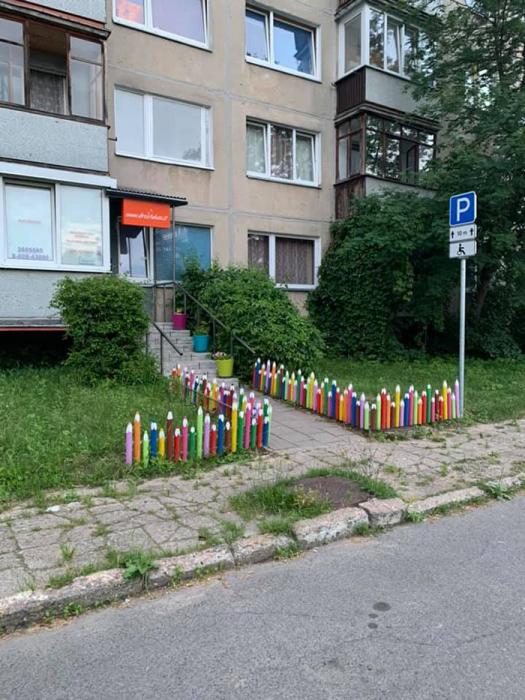 Даже иностранец или ребенок определит, куда ведет дорожка, огражденная забором из карандашей. | Фото: tanjand.livejournal.com.