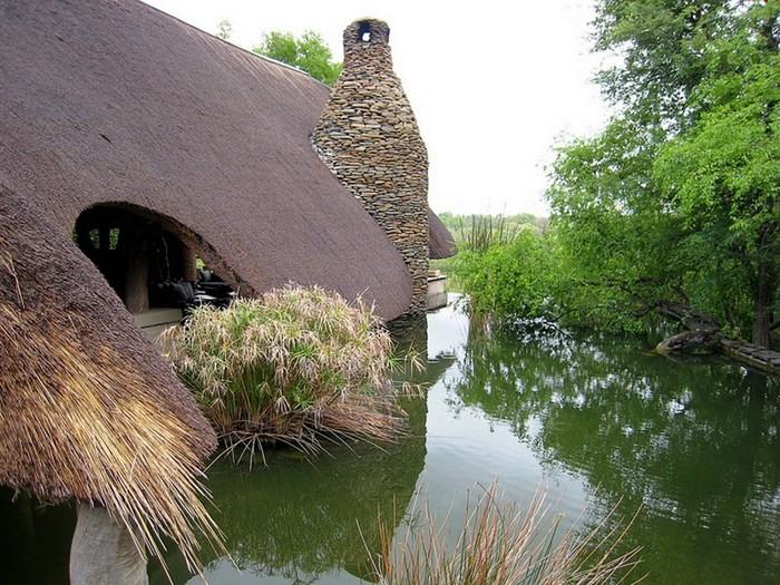 Сказочный домик на берегу ручья в графстве Девоншир.