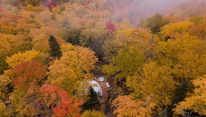 Необычный отель Domes Charlevoix органично вписывается в живописный ландшафт Лаврентиды (Канада). | Фото: archidea.com.ua.