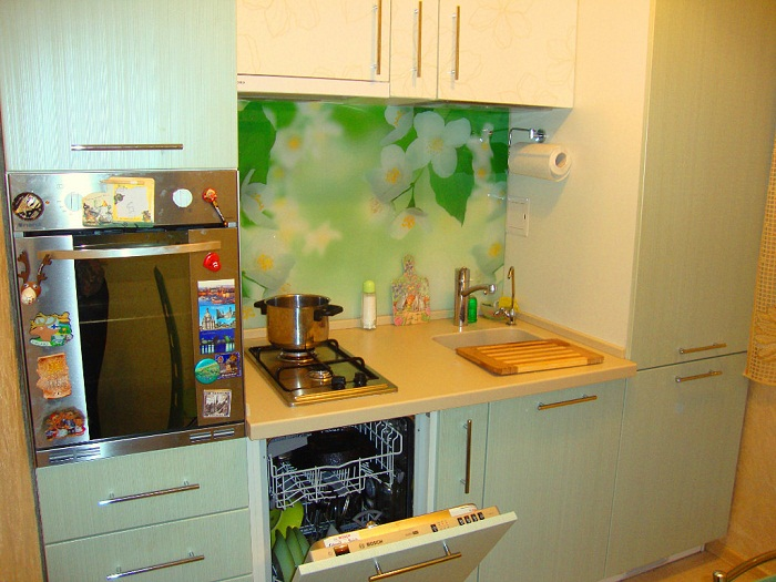 Посудомоечная машина поможет сэкономить и время, и деньги.