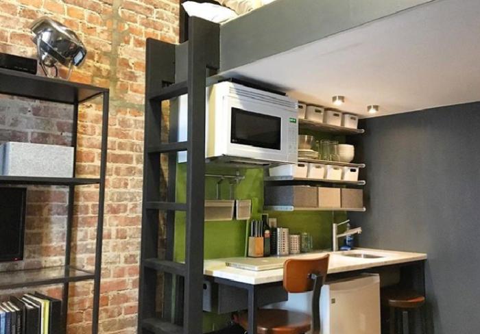 Вот такая компактная зона кухни, столовой и кабинета в одном лице получилась у Энтони. | Фото: instagram.com/ © anthony_triolo.