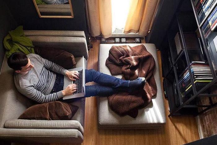 Иногда рабочее место может быть и в уютном кресле. | Фото: instagram.com/ © anthony_triolo.