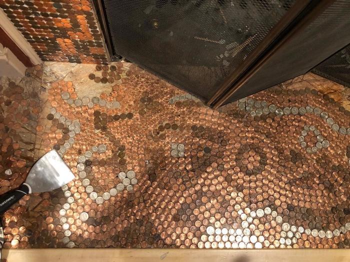 Благодаря монетам и пол в гостиной приобретает фантастические очертания. | Фото: facebook.com/ © Camias Jewelry Designs.
