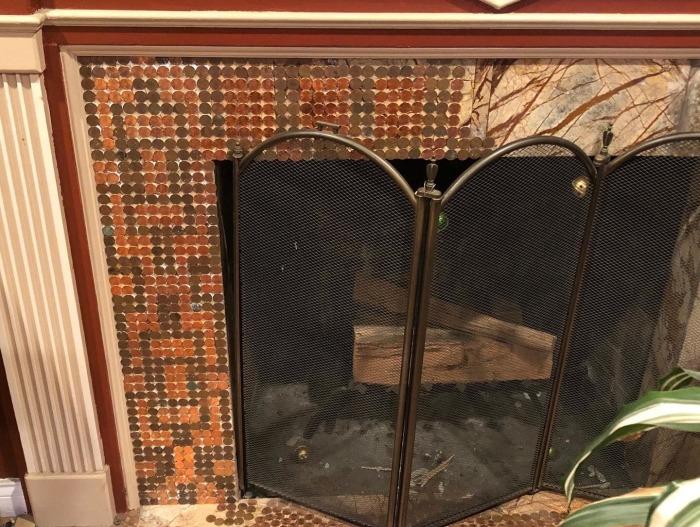 Теперь Келли работает над созданием монетной мозаики на фасаде камина в гостиной. | Фото: facebook.com/ © Camias Jewelry Designs.