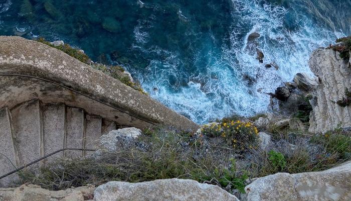 Поход по лестнице, проходящей над водой, вызывает необычные ощущения (Еscalier du roi).