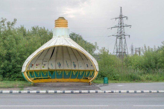 Автобусная остановка возле электролампового завода в Саранске (Россия). © Christopher Herwig.