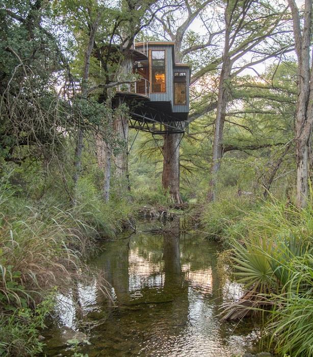 Yoki Treehouse расположен над ручьем на высоте 7,5 метров.