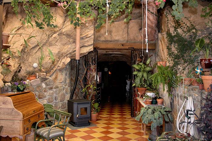 У входа в пещеру есть небольшой зимний сад (Аризона, США). | Фото: budport.com.ua.