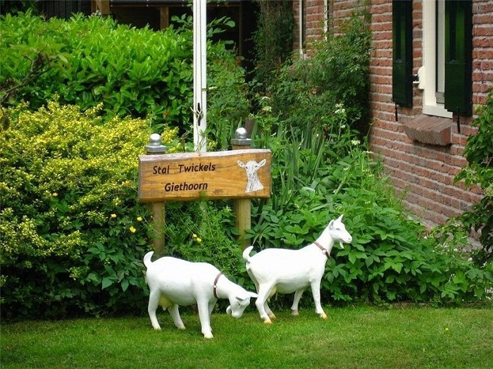 Настоящие козьи рога и фигурки самих коз, являются местной достопримечательностью деревни Гитхорн.