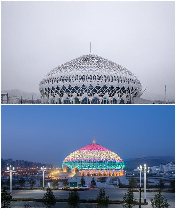 Большой театр выглядит восхитительно и в пасмурных день, и в безлунную ночь (Линься, Китай).