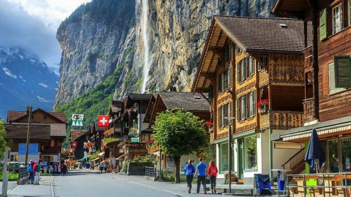 После неполной информации о дотациях в размере $70 000 в деревню потянулись толпы желающих (Альбинен, Швейцария). | Фото: liveinternet.ru.