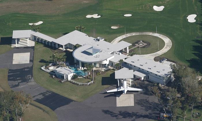 Дом Джона Траволты - это функциональный аэропорт с 2 взлетно-посадочными полосами для его частных самолетов. | Фото: architecturendesign.net.