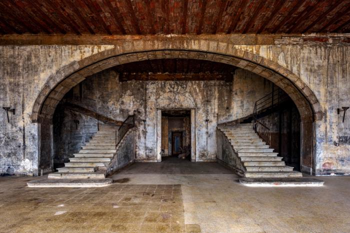 Остатки былой роскоши отеля в Суфаре (фотопроект «A Paradise Lost», Ливан).   Фото: architecturaldigest.in/ © James Kerwin.