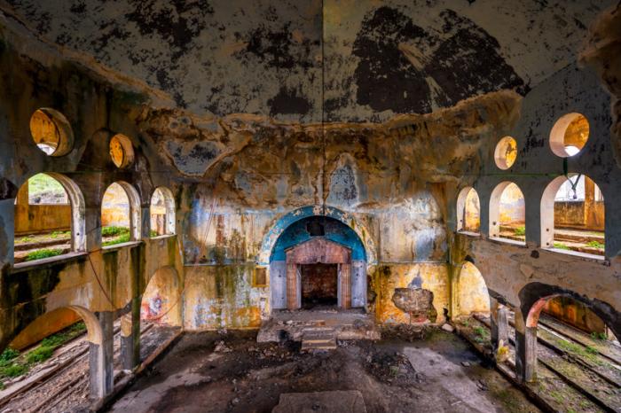 В таком плачевном состоянии синагога находится со времен Второй гражданской войны в Ливане (фотопроект «A Paradise Lost»).   Фото: architecturaldigest.in/ © James Kerwin.