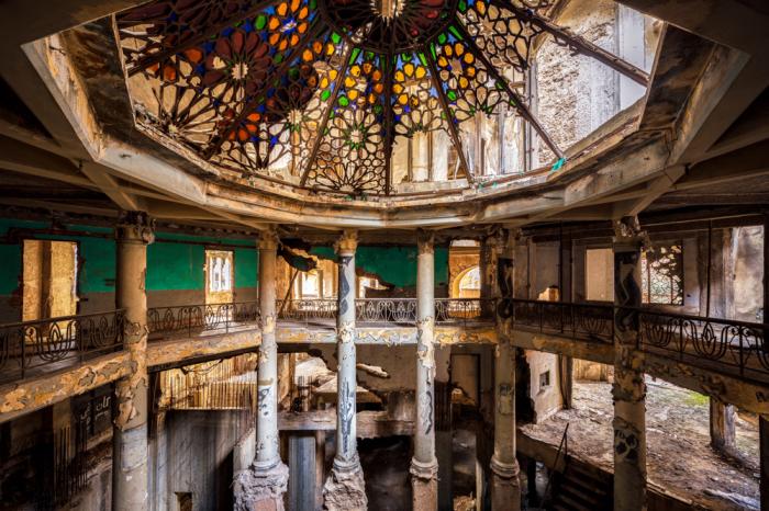 Театр Бейрута тоже превратился в руины (фотопроект «A Paradise Lost», Ливан). | Фото: architecturaldigest.in/ © James Kerwin.