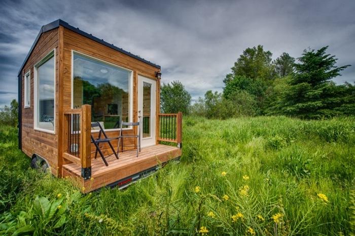 Длина мобильных апартаментов Acorn вместе с верандой достигает всего лишь 4,8 м (Tiny Homes, США). | Фото: tinyhousetalk.com.