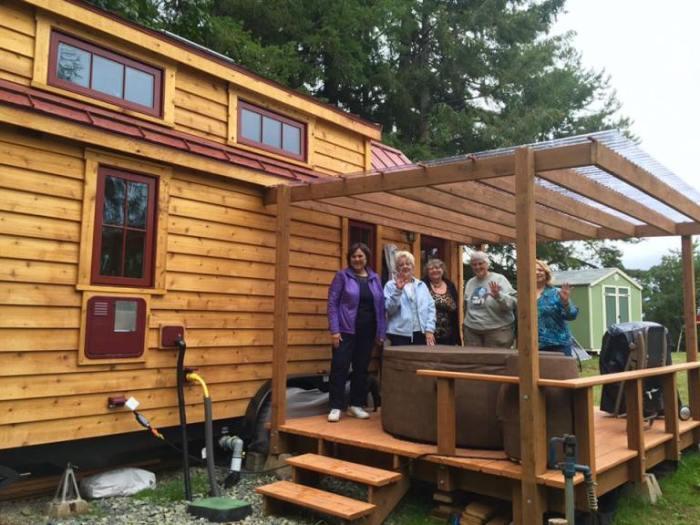 Дом Адель Смитт имеет большую крытую террасу с зоной отдыха. | Фото: tumbleweedhouses.com.