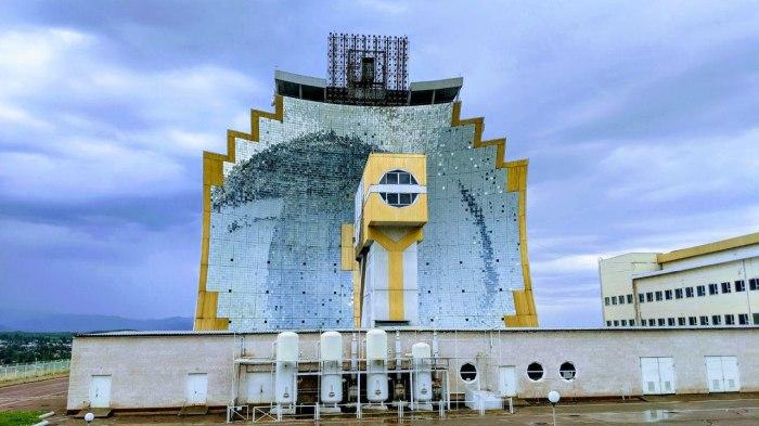Параболический гелиоконцентратор, имеющий площадь 1840 кв.м. состоит из 10,7 тыс. зеркал (Гелиокомплекс «Солнце», Узбекистан). | Фото: realt.onliner.by.