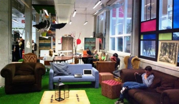 Учебная аудитория больше похожа на современный офис крупной фирмы, нежели на учебное заведение (Agora College, Нидерланды). | Фото: onderzoekonderwijs.net.